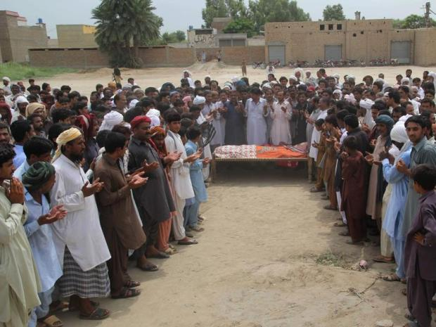 People offer prayers for social media celebrity Qandeel Baloch during her funeral in Shah Sadar Din village, around 130km from Multan in Pakistan. (AFP photo)