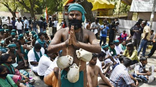 Tamil Nadu Farmers With Skulls Of Fellow Farmers Who Committed Suicide during a Protest At Jantar Mantar. (Vipin Kumar/HT PHOTO)