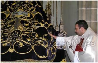 Bendición del manto por don Jesús Enrique Aranda Cano