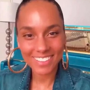 Alicia Keys, yesterday, announced the launch of her skincare line. Normally, Alicia Keys is very popular, and her music well-received, but her foray into skincare was met with backlash. Not only did regular people on Twitter speak out, but people such as James Charles and Manny MUA spoke out, though James Charles later apologized.
