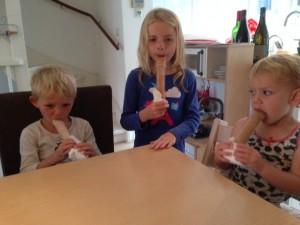 kindjes eten ijsjes
