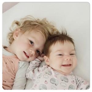 zusjes in bed