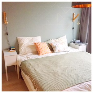 slaapkamer opgemaakt bed