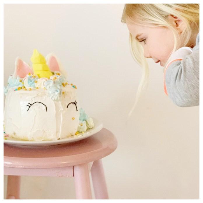 fee met unicorn taart