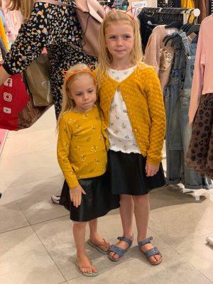 zusjes in geel