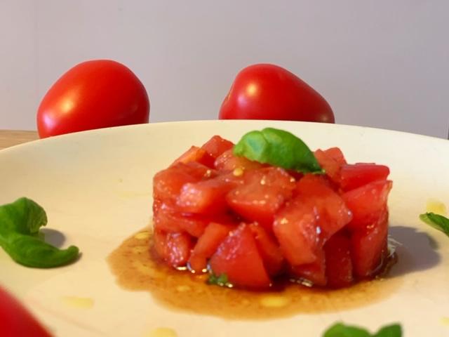 Tomatentaartje met basilicum dressing