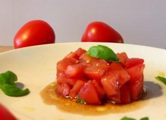 Tomatentaartje met basilicum dressing simpel voorgerecht