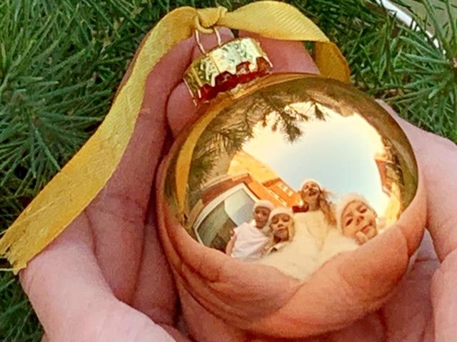 Originele ideeën voor een kerstkaart met een foto in kerstbal