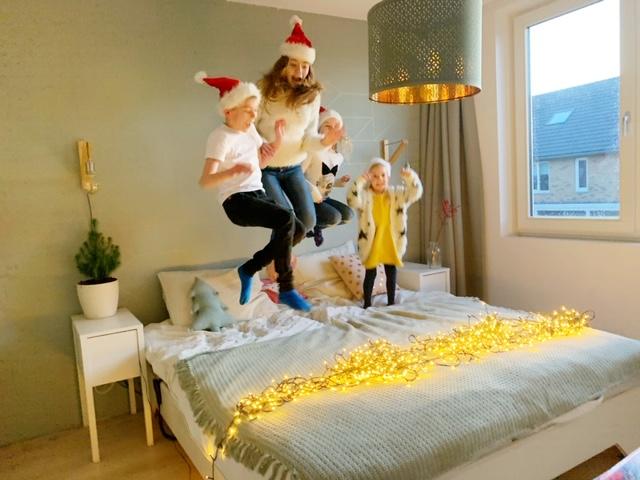 kerstmannen springen op het bed voor kerstfoto