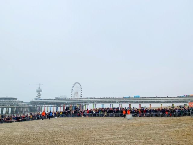 pier vol mensen nieuwjaarsduik