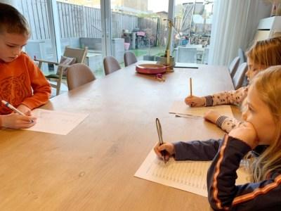 Kinderen vullen vrijetijdskaart in