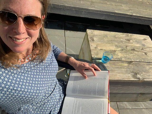 boek lezen in de tuin april 2020