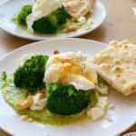 Broccoli met gepocheerd ei, cashewnotenpesto en naanbrood
