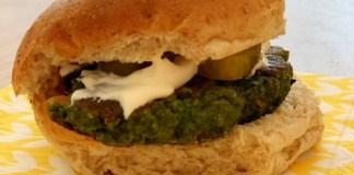 Zelfgemaakte groenteburger met kaas, aïoli en augurk