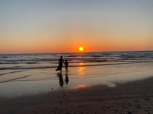 juut met fee zonsondergang strand
