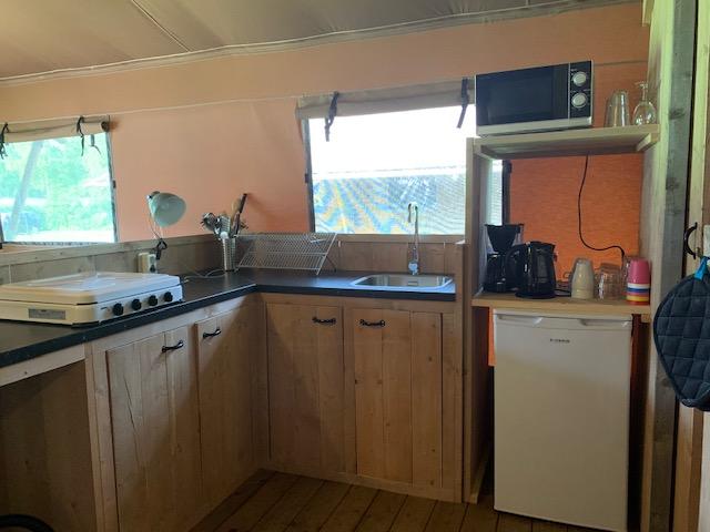 Camping de Waldsang in Bakkeveen keuken in de safaritent