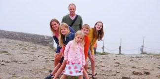 gezin op de landsgrens polen tsjechie