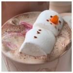 Warme chocolademelk met een sneeuwman