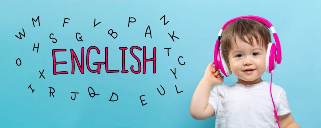 Criança aprendendo Inglês