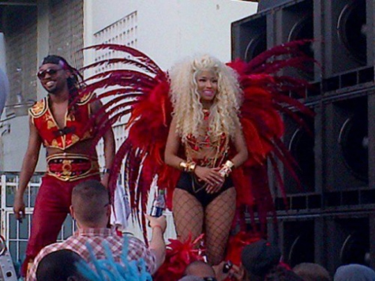 Nicki Minaj dancing