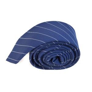 Blauwe stropdas met witte lijn opdruk.