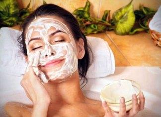 Αφαιρέστε λεκέδες, ουλές ακμής και ρυτίδες με αυτή τη φυτική μάσκα προσώπου
