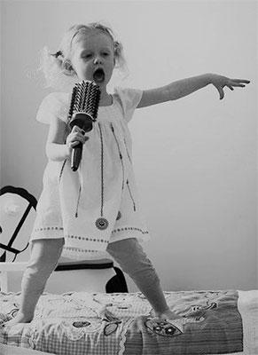 κοριτσάκι που τραγουδάει