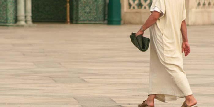 Hendaknya Engkau Berjalan dengan Tenang!
