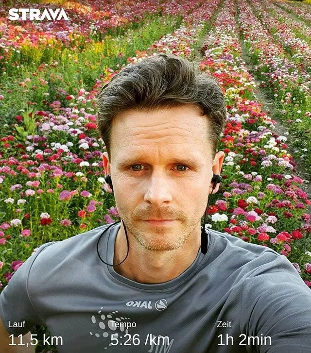 +++++22:55+++ Ausgelaufen. Jogger wird bei Selfie vor Blumenfeld total durchnässt….