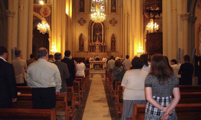 Feligreses en una misa, una imagen que no se ve desde hace más de un mes por el confinamiento