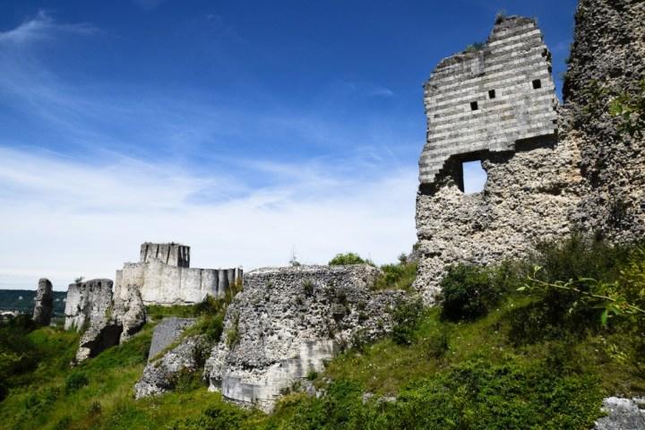 Le flanc sud de Château-Gaillard. Au fond, le donjon dominé par sa tour-maîtresse.
