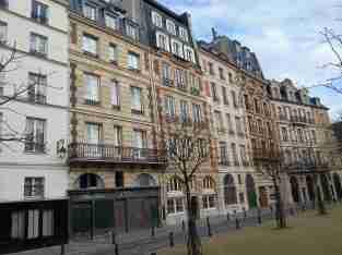 Vue de la place Dauphine sur l'île de la Cité et de ses anciennes façades