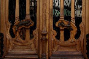les sauriens de la porte du 151 de la rue de Grenelle