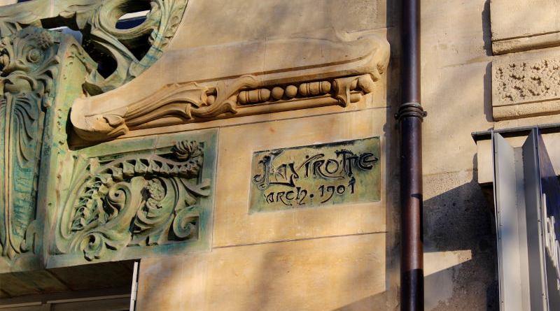 signature de Jules Lavirotte sur l'immeuble Lavirotte