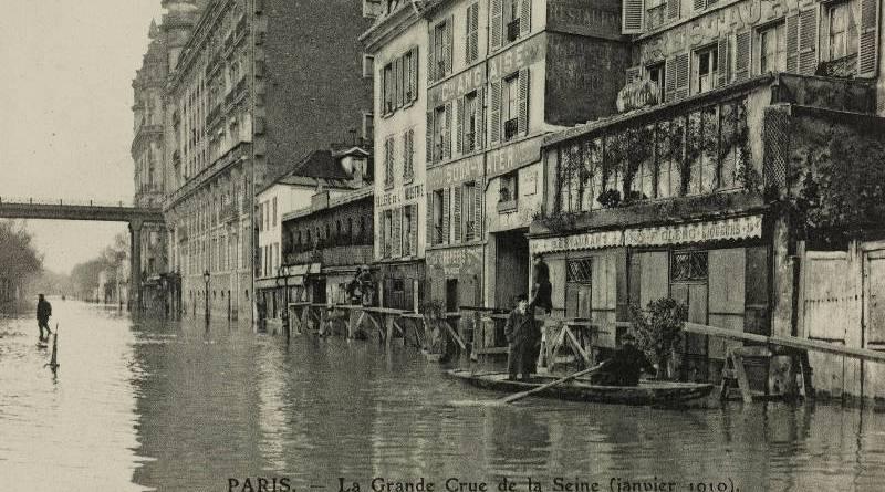 Inondation du quai de Passy sous la passerelle du métro par les frères Neurdein