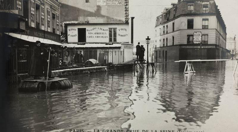 Inondation du quartier de Javel, sauvetage sur un radeau