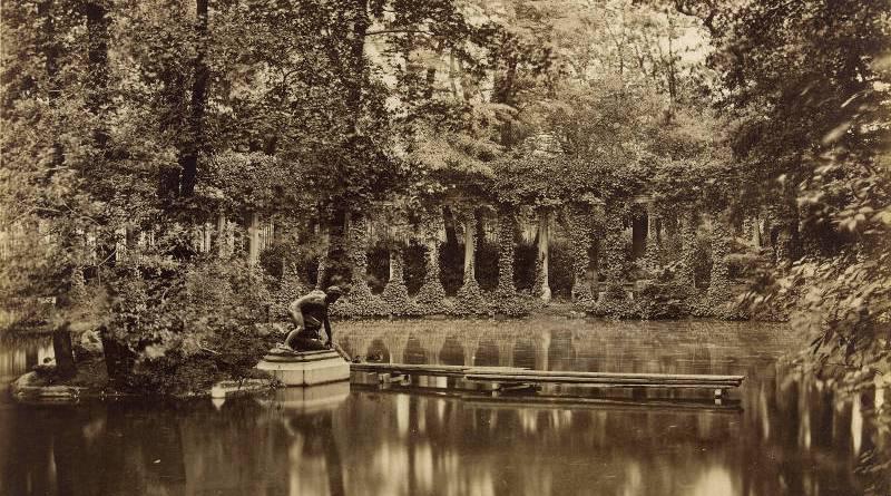 Parc Monceau. Naumachie et statue de bronze représentant Hylas - Photographie prise en 1878