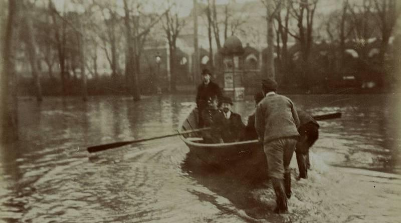 En barque sur le boulevard Haussmann par Harry C. Ellis