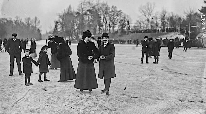 Bois de Boulogne, vers 1907, patinage en famille sur le lac gelé par Agence Roll