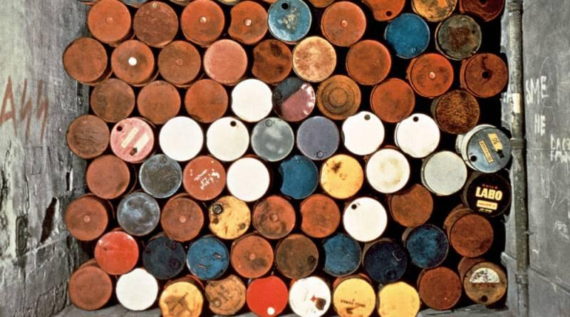 zoom du mur provisoire de tonneaux métalliques rue Visconti