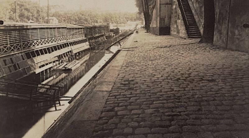 Bateau lavoir au quai d'Anjou par Eugène Atget en 1912