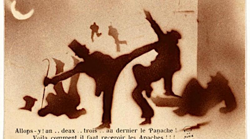 Carte postale sur le gang des Apaches. Impression photomécanique en couleurs. Bibliothèque historique de la Ville de Paris.