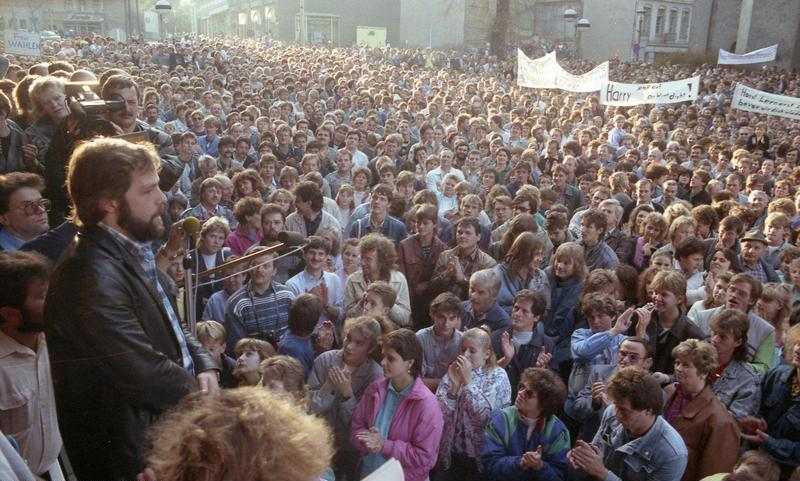 Demo in Plauen am 30.10.1989 , Von Bundesarchiv, Bild 183-1989-1106-405 / CC-BY-SA 3.0, CC BY-SA 3.0 de, https://commons.wikimedia.org/w/index.php?curid=5347587