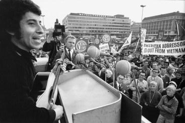 16 de septiembre de 1973 Agentes de Pinochet torturan y asesinan al cantautor Víctor Jara en Santiago de Chile