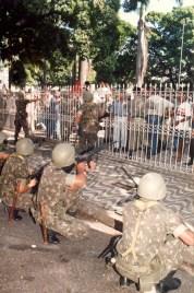 Após perder a praça, o Exército recua para proteger a Assembleia Legislativa. Foto: Gilberto Farias.
