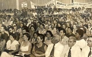 Convidados e manifestantes dividem o auditório da Reitoria