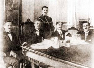 Da esquerda para a direita, os secretários de governo: Dr. Manoel Moreira e Silva, secretário de Negócios do Interior; governador Fernandes Lima; Dr. Alfredo de Mendonça Uchoa, secretário da Fazenda e Dr. José Castro Azevedo, secretário Geral