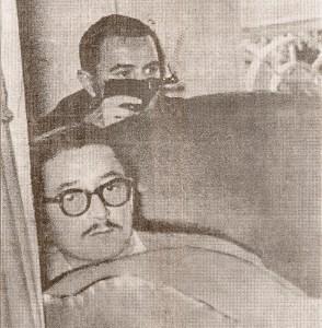 Deputados Antônio Gomes de Barros armado) e Teotônio Vilela entrincheirados durante o tiroteio