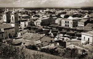 A Praça dos Martírios, vendo-se em primeiro plano uma estrutura semelhante a uma caixa d'água