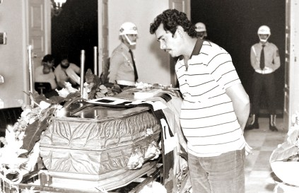 Hermes, motorista de Teotônio Vilela, despede-se do menestrel. Foto de Plínio Nicácio